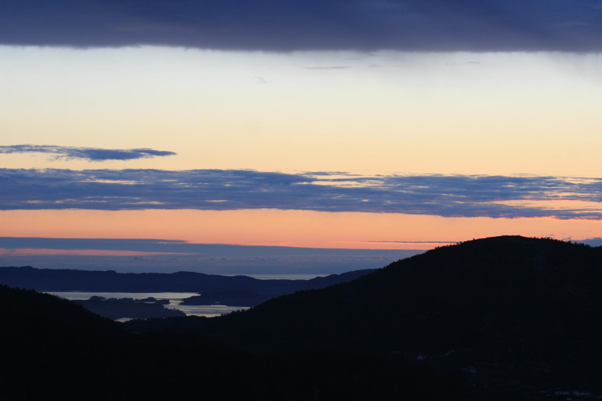 lumières sur les montagnes de Bergen, Norvège