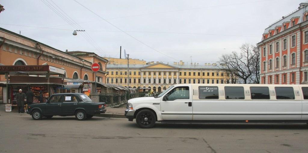 Limousine et vieille voiture en Russie