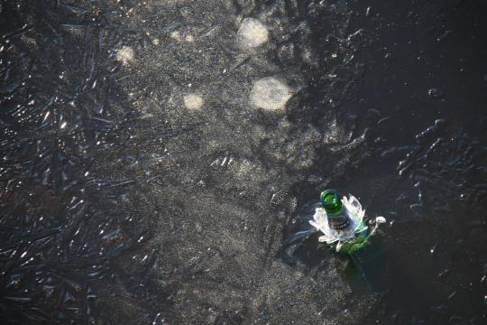 Bouteille dans la glace dans le port de Vyborg