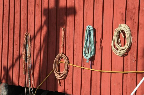 Cordes et ombre sur le port de Stamsund, Lofoten. Avril 2012
