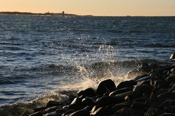 Vagues et phare, Ålands, Finlande (novembre 2011)