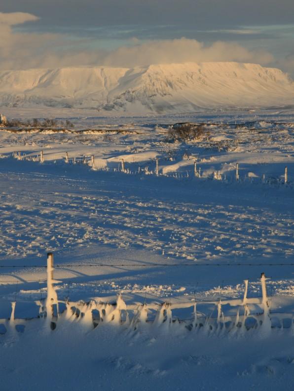 Heure d'or sur le lac Myvatn enneigé, Islande, septembre 2012