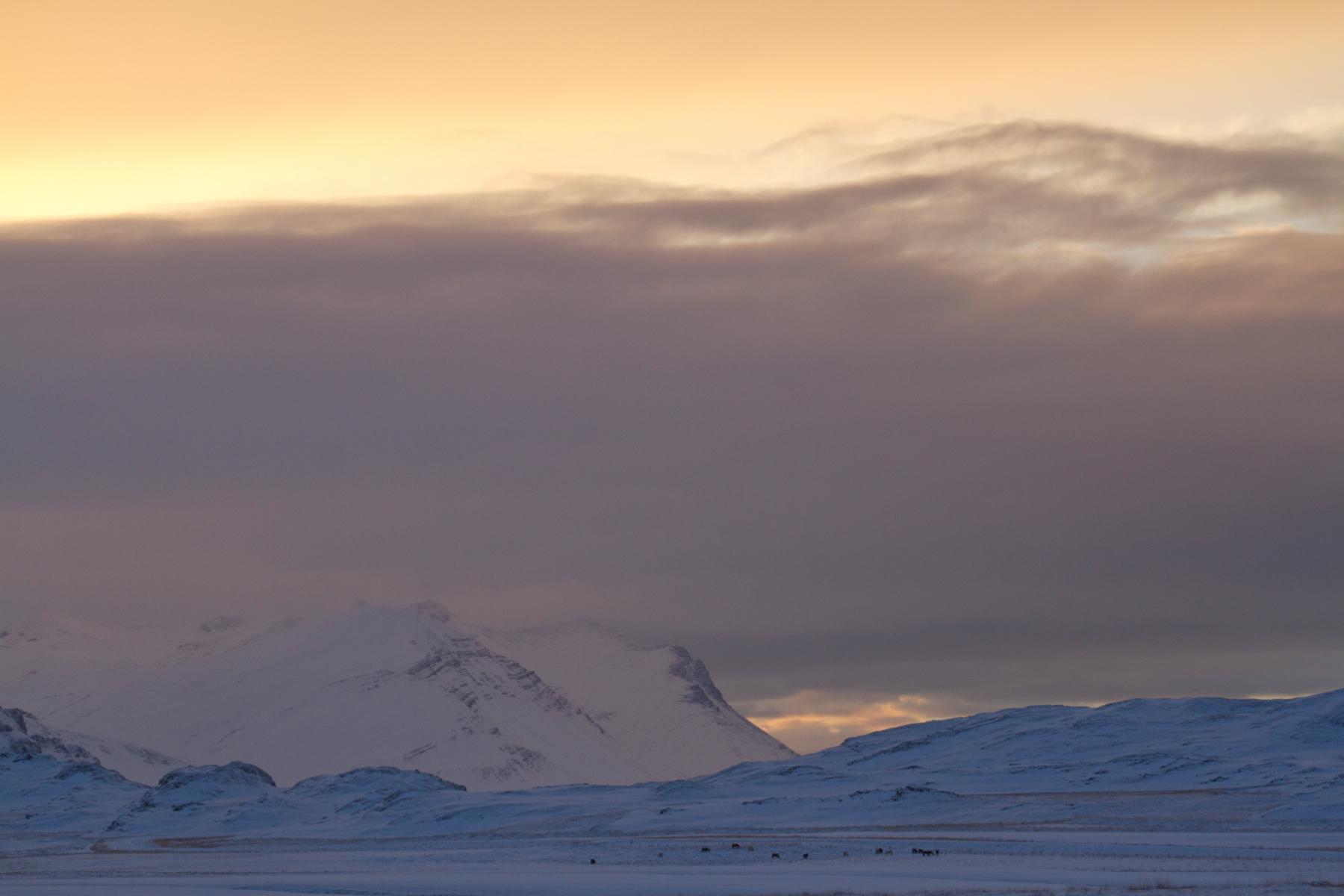 montagne et coucher de soleil novembre islande