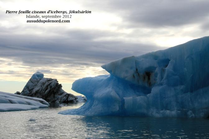 Jökulsárlón, icebergs bleus et noirs
