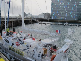 under tht pole derrière harpa, à Reykjavik