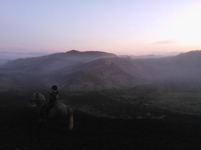 crateres dans la brume islandais