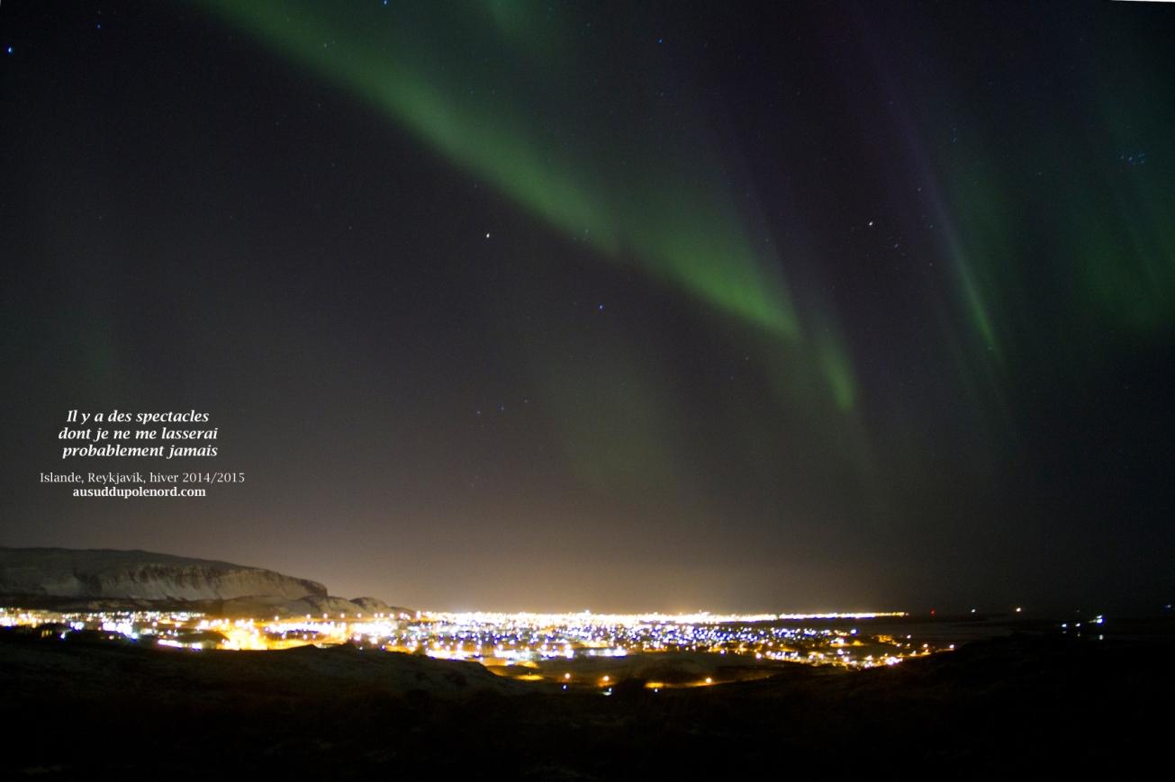 Reykjavik sous les aurores boréales